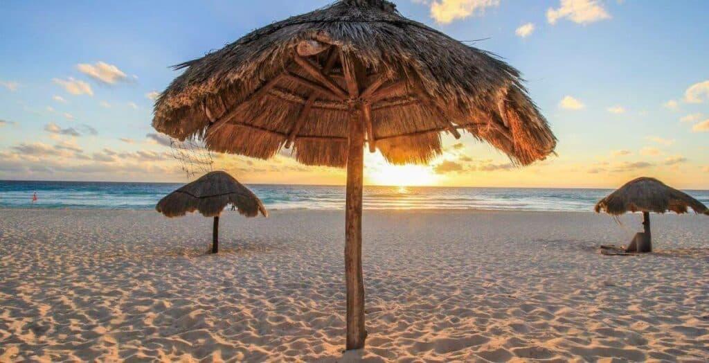 playa delfines cancun sombra palapas