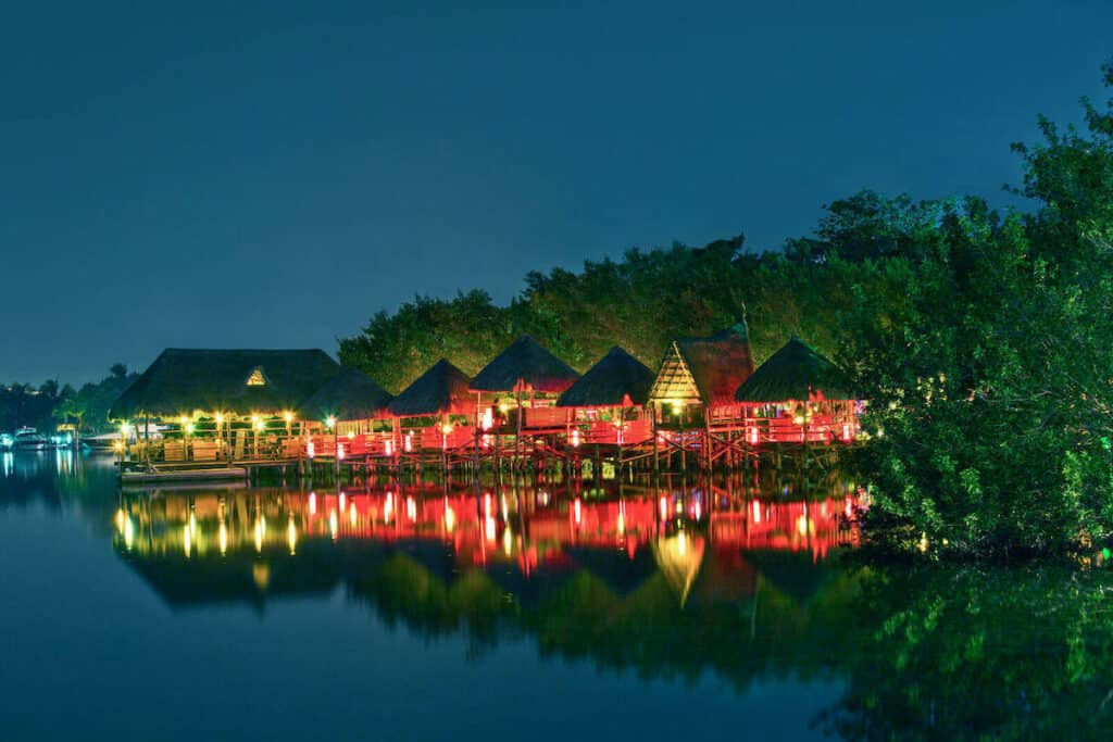 plaza la isla cancun vista laguna noche