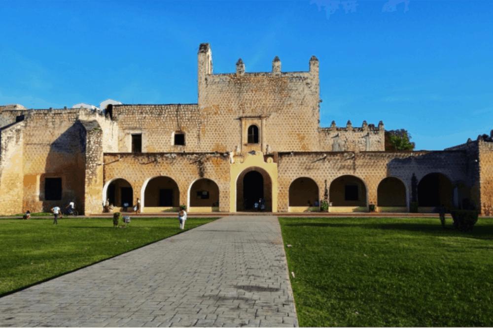 Qué hacer en Valladolid Yucatán - No te pierdas la proyección nocturna en el Convento San Bernardino