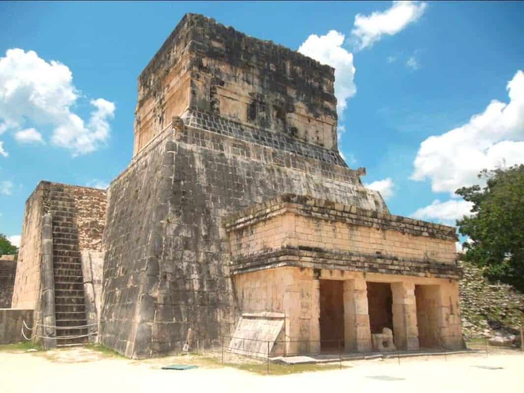 Chichén Itzá Juego de pelota - Templo del Jaguar y templo inferior