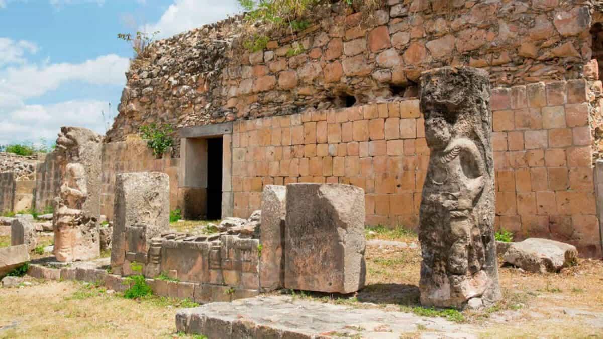 Zonas arqueológicas de Yucatán - Oxkintok Columnas antropomorfas