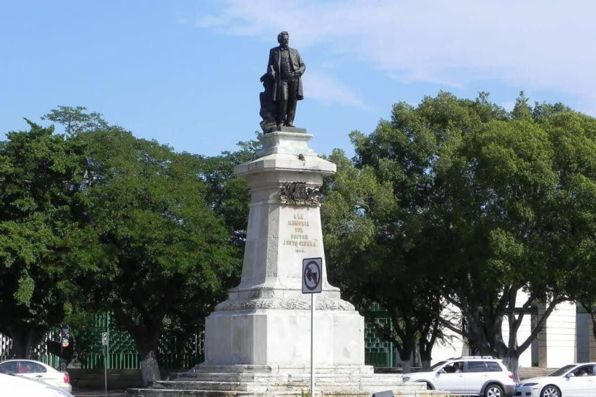 Paseo de Montejo - La Estatua a Justo Sierra